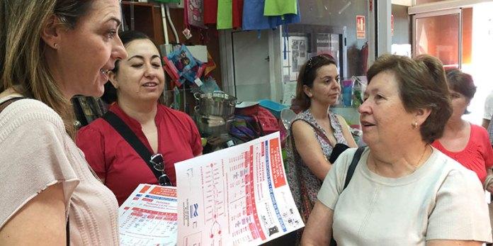 La alcaldesa en funciones Nuria Campos informando a los vecinos del nuevo servicio