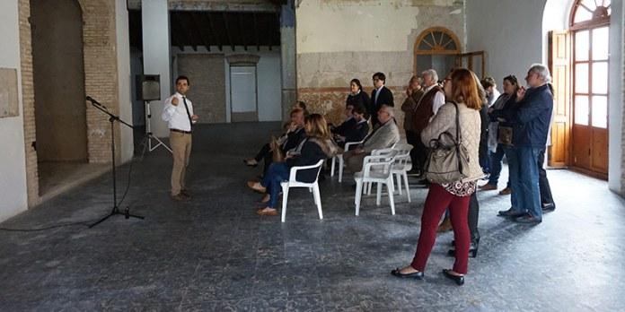 Sagredo en el casino muestra donde se ubicarán los cuadros de los alcaldes de Paterna