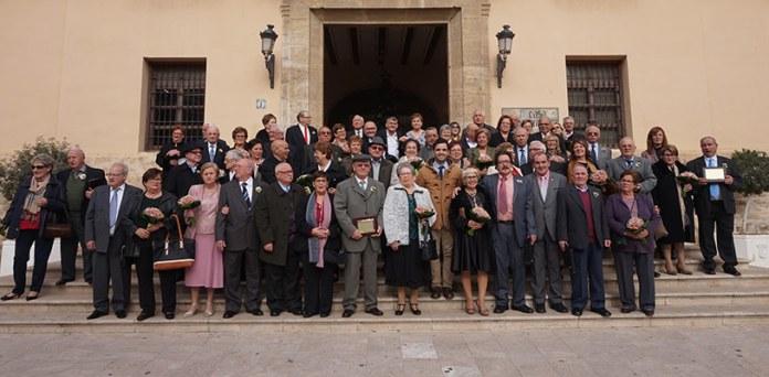 Las parejas que celebran sus Bodas de Oro junto al alcalde en la puerta del Palau