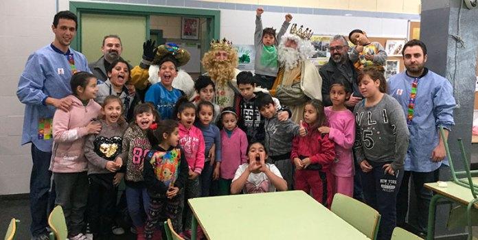 Los Reyes Magos junto a los pequeños