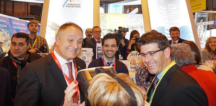 El alcalde de Paterna, Juan Antonio Sagredo, muestra la Cordal en 360º a una visitante de FITUR