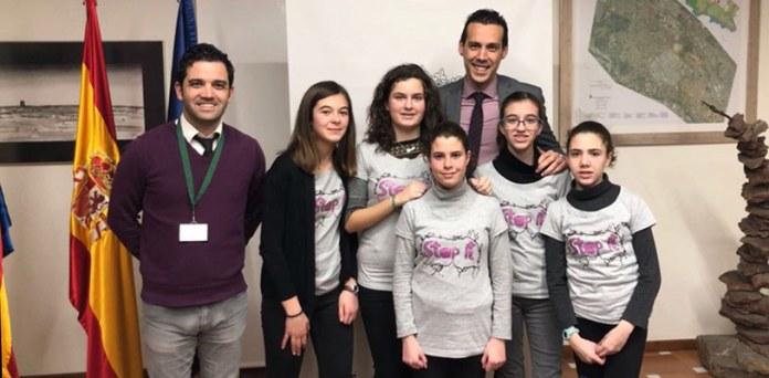 El alcalde, Juan Antonio Sagredo, junto a las niñas durante la recepción