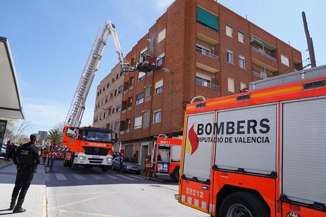 Dos camiones de bomberos y un camión de altura se han desplazado hasta la vivienda afectada