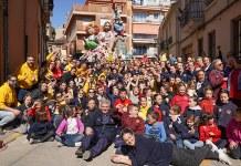 Falleros de Sant Roc celebran la victoria con sus monumentos al fondo