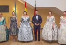 La reina de las Fiestas 2018, Carolina Bertó, junto a su Corte de Honor y al Alcalde de Paterna