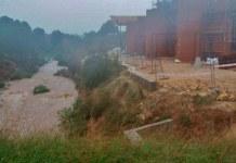 Imagen de las obras del colegio junto al barranco lleno de agua
