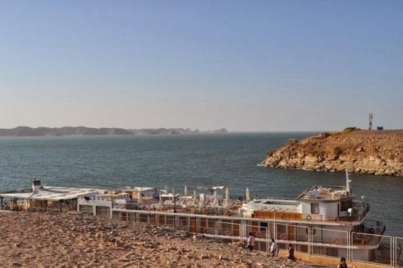 Язовирът Насер. С това корабче се правят круизи до отстоящия на 30 км. по течението на Нил Судан. Идеше ми да се метна на него и да .. отпраша натам!