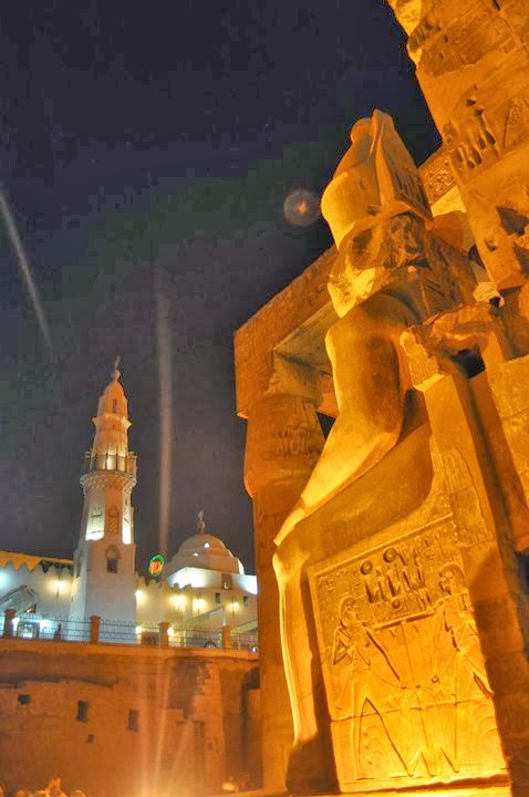 Джамии и древни храмове, протегнати към небесата