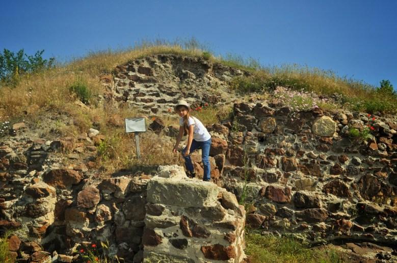 Стръмна пътека криволичи по планинските чукари край останките на римската крепост Русокастро от V век, които тънат в буреняци, далеч от туристическото любопитство