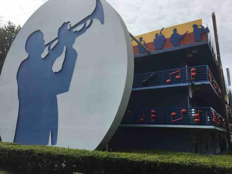 Foto mostrando um dos prédios do  Disney's All Stars Music Resort, em Orlando.