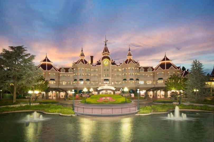 foto da fachada do Disneyland Hotel. Hotel mais próximo da Disney Paris.