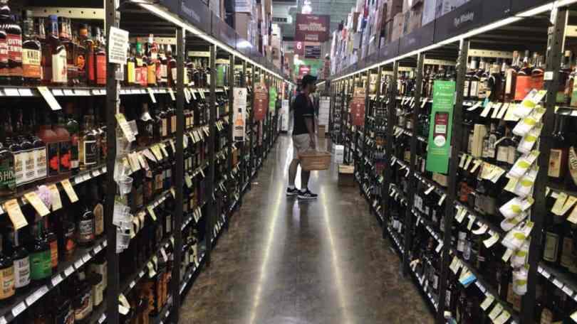Imagem de prateleiras de whisky na Total Wine & More.