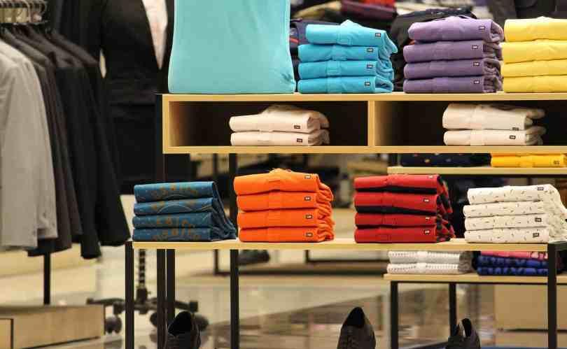 Imagem com prateleiras de roupas em loja: um dos itens preferidos nas listas de compras nos outlets de Orlando.