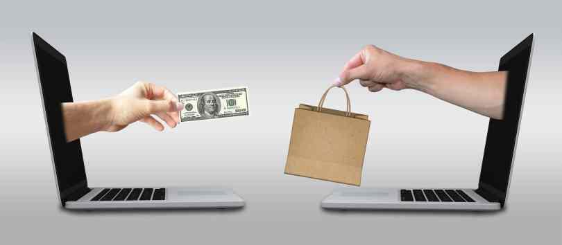 Imagem com dois notebooks ilustrando compras online, uma das melhores maneiras de se fazer compras em Orlando.
