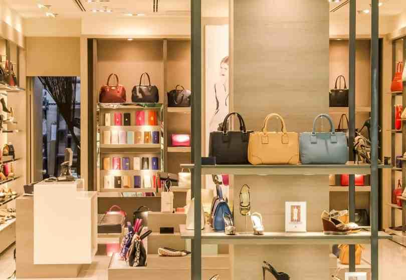Foto mostrando vitrine de outlet com alguns dos produtos mais comprados pelas brasileiras nos outlets de Orlando: bolsas, sapatos e acessórios.