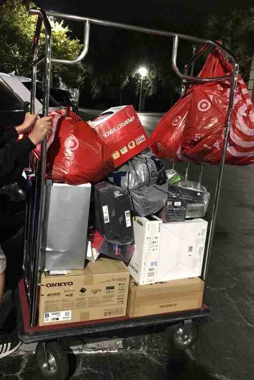 Foto de carrinho de hotel cheio de compras após uma blackfriday em Orlando.