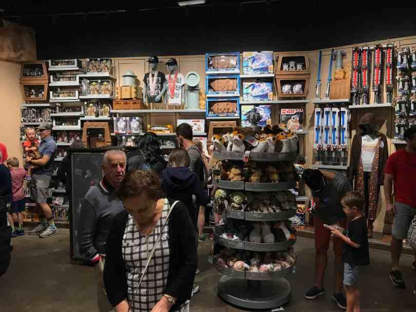 Foto de loja da Disney com temática de Star Wars.