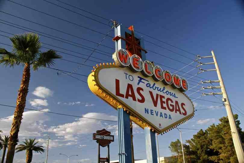 Que horas são nos EUA na cidade de Las Vegas e Los Angeles - Imagem com a placa de boas vindas à cidade de Las Vegas