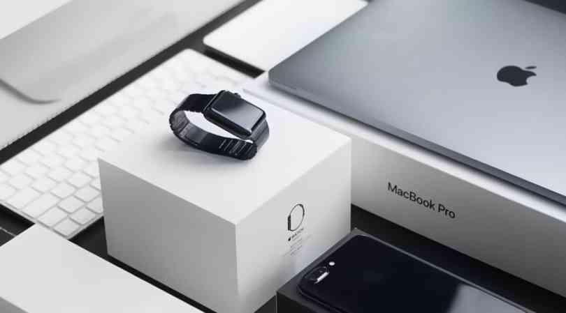 Foto com 2 dos tipos de eletrônicos para comprar em Orlando: apple watch e macbook.