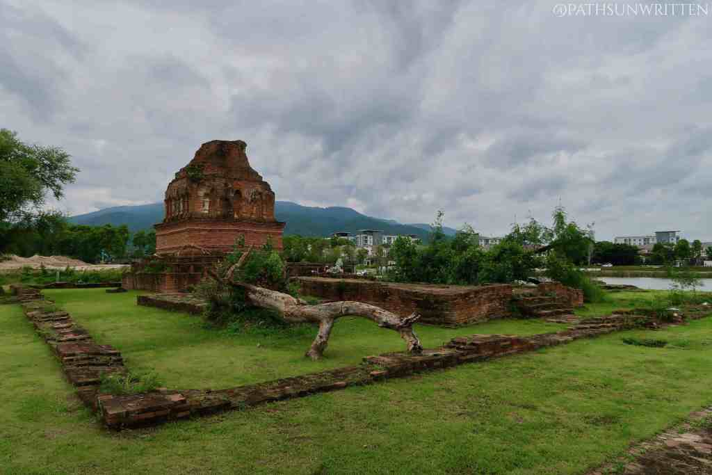 The stupa, viharn, and boundary wall of Wat Klang Nam.