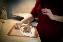 מילוי הבצק בבשר צילום: יריב ויינברג