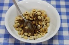 אגוזי לוז מולבנים וקלויים מעורבבים עם ממרח נוגט