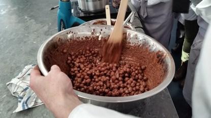 אגוזי לוז בתהליך ציפוי בשוקולד