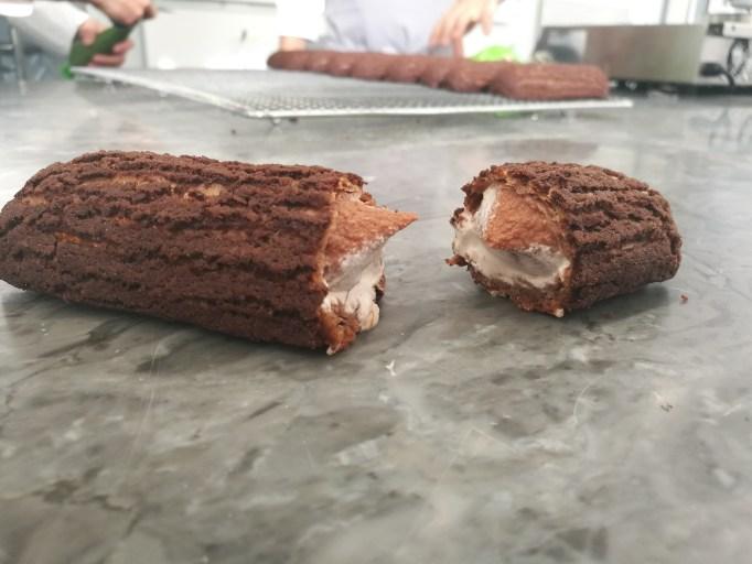 אקלייר שוקולד מבפנים. צילום: עוז שחרי