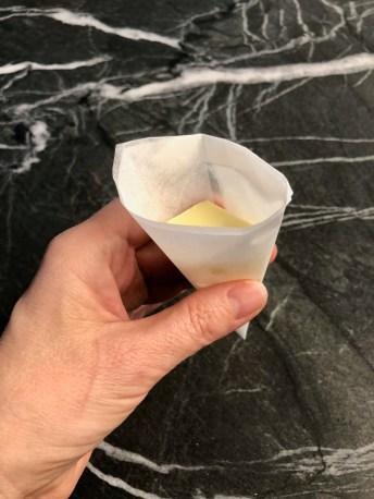 מכינים חרוט מנייר אפייה וממלאים בחמאה