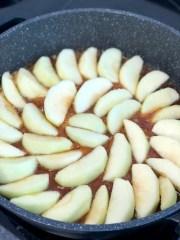 מניחים תפוחים בקרמל בצפיפות