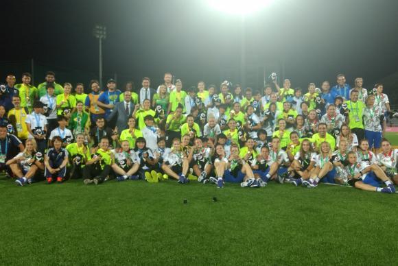 Taipei - Brasileiras comemoram a medalha de ouro no futebol feminino na Universíade ao lado de jogadoras japonesas e russas