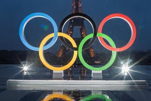 Em Paris, logo após a confirmação da cidade como sede dos Jogos, foi revelado um monumento com os cinco aros olímpicos em frente à torre Eiffel