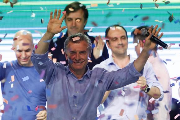 Presidente argentino Mauricio Macri cumprimenta eleitores após vitória da coalizão governista de centro-direita Cambiemos (Mudemos), que foi a mais votada nos cincos principais distritos do país, nas eleições legi
