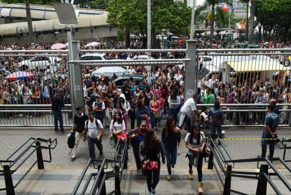 São Paulo - Estudantes chegam à Universidade 9 de Julho (Uninove) para o segundo dia de provas do Exame Nacional do Ensino Médio (Enem), em Barra Funda, zona oeste. (Rovena Rosa/Agência Brasil)