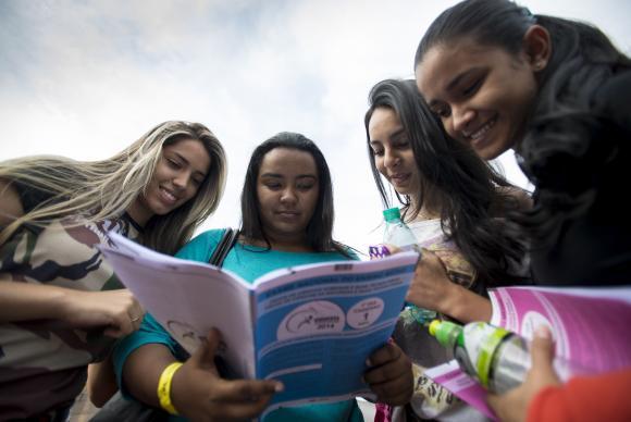 Estudantes observam prova do Exame Nacional do Ensino Médio (Enem)