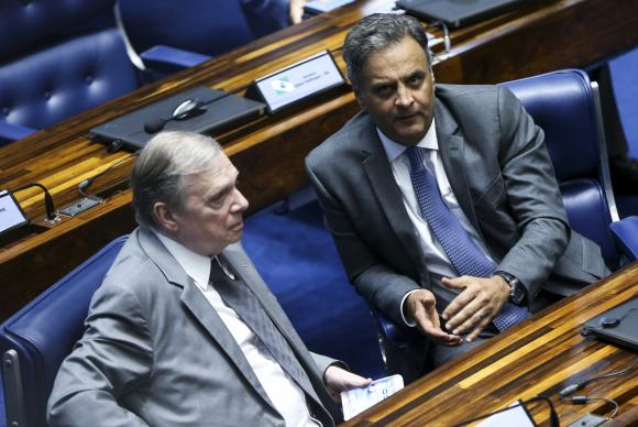 Brasília - Os senadores Tasso Jereissati e Aécio Neves, que reassumiu o mandato após ter sido afastado por determinação da Primeira Turma do STF (Marcelo Camargo/Agência Brasil)