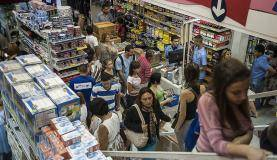 SÌO PAULO, SP, BRASIL, 10-01-2013, 15h30: Grande movimenta o para compra de material escolar em loja na rua 25 de Mar o, em S o Paulo. (Foto: Marcelo Camargo/ABr)