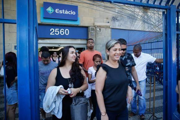Rio de Janeiro - Primeiros candidatos deixam a Universidade Estácio de Sá após o segundo dia de provas do Enem (Fernando Frazão/Agência Brasil)