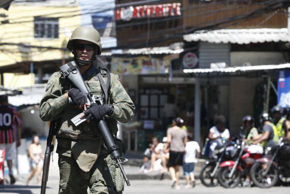 Rio de Janeiro - Forças Armadas voltam à Rocinha para auxiliar a polícia em buscas no entorno da comunidade (Tânia Rêgo/Agência Brasil)nidade da Rocinha, na zona sul do Rio de Janeiro, para auxiliar a polícia em