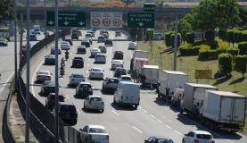Rio de Janeiro - Caminhões trafegam em horário proibido pela Linha Amarela, na altura de Del Castilho, zona norte do Rio(Tania Rego/Agência Brasil)