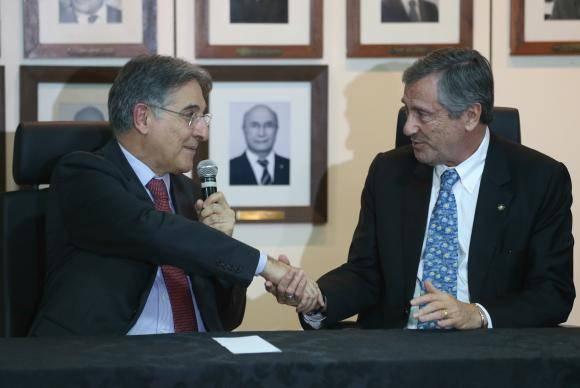 Brasília - O governador de Minas Gerais, Fernando Pimentel, e o ministro da Justiça, Torquato Jardim, assinam acordo de cooperação para participação das polícias mineiras na Força Nacional de Segurança (Fabio R