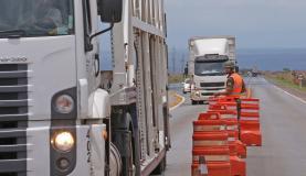Brasília - O Departamento Nacional de Infraestrutura de Transportes (Dnit) e o Exército realizam pesquisa sobre as condições de tráfego nas rodovias brasileiras (Marcello Casal Jr/Agência Brasil)
