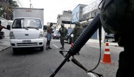 Rio de Janeiro - Militares do Exército, da Marinha e Aeronáutica fazem operação de abordagem a veículos em acessos a rodovias federais e em vias expressas do Rio de Janeiro (Tânia Rêgo/Agência Brasil)