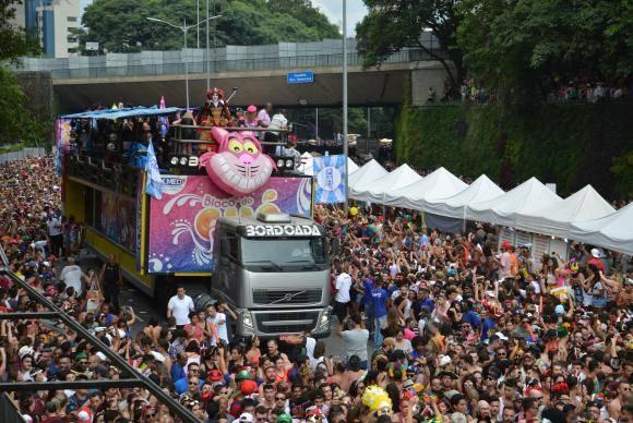 São Paulo - Milhares de foliões acompanham o bloco Chá Rouge na Avenida 23 de Maio, que está sendo utilizada a primeira vez para a passagem de blocos no carnaval (Rovena Rosa/Agência Brasil)