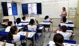Recife Alunos da Escola Municipal Abílio Gomes, na capital pernambucana, usam livros didáticos que podem ser proibidos pela Câmara de Vereadores (Sumaia Villela / Agência Brasil)