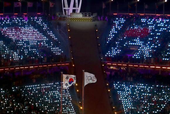 A Tocha Olímpica tremula durante a Cerimônia de Abertura dos jogos em PyeongChang 2018