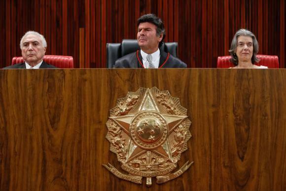 Brasília - O presidente Michel Temer, o novo presidente do Tribunal Superior Eleitoral (TSE), Luiz Fux, e a presidente do STF, Cármen Lúcia, durante solenidade de posse no TSE (Beto Barata/PR)