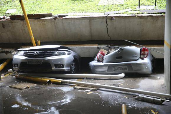 Brasília - Lage da garagem de um prédio residencial, na Quadra 210 da Asa Norte, em Brasília, cedeu na manhã deste domingo (4) e atingiu 25 veículos que estavam estacionados (Antonio Cruz/Agência Brasil)