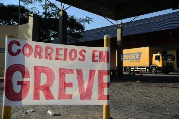 Centro de Tratamento de Encomendas dos Correios em Benfica, zona norte da cidade, durante a greve decretada após assembléia geral dos trabalhadores (Fernando Frazão/Agência Brasil)