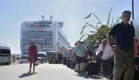 Rio de Janeiro - Turistas enfrentam longas filas após desembarcarem de navio no Pier Mauá, região portuária do Rio. (Tânia Rêgo/Agência Brasil)